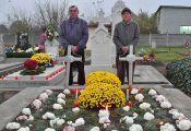Der 88-jährige Hans Maier (rechts) und sein Sohn Nikolaus vor dem von ihm geschmückten Grab seiner Eltern und Großeltern