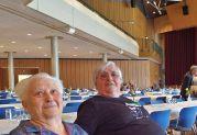Susanna Heinrich, geb. Blum, (764) im Alter von 96 Jahren eine der ältesten Teilnehmerinnen und ihre Tochter Barbara Schwarzmann (rechts) freuen sich, hier noch ein Stück alte Heimat erleben zu können