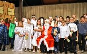 Gruppenbild mit den Kindern und Jugendlichen in den Kostümen für das Weihnachtsspiel