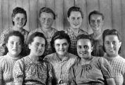Mädchen aus Alexanderhausen 1948  in ihren Sonntagskleidern in der Deportation