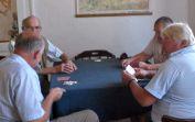 Beim Kartenspielen im Forum.