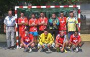 Adi Csonti, links, mit der von Ihm betreuten Seniorenmannschaft kümmert sich auch um die Organisation des Turniers