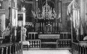 Innenansicht der Kirche aus der Zeit vor dem 1. Weltkrieg. Später gab es so viele Fahnen, dass man beschloß den Fahnenwald auszulagern um wieder freie Sicht auf den Altar zu bekommen.