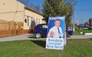 Wahlkampfplakat zur Präsidentschaftswahl in Rumänien für den Siebenbürger Sachsen Klaus Johannis vor dem Heimathaus