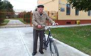 Bevor es dunkel wird macht sich der 88-jährige Hans Maier danach auf den Heimweg
