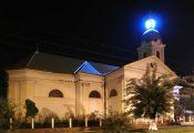 Die Kirche ist nachts gut beleuchtet, im Kirchenturm leuchtet eine weithin sichtbare Lampe