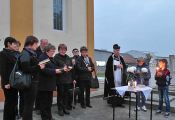 Der Kirchenchor, Gemeindepfarrer Bonaventura Dumea und 2 Ministranten bei der Andacht für die Verstorbenen