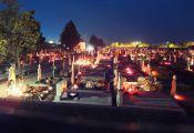 Zahlreiche Dorfbewohner, in der Mehrheit orthodoxen Glaubens, zündeten Kerzen zum Totengedenken