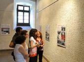 Mitglieder der Trachentengruppe Karlsruhe bei der Hängung der Ausstellung
