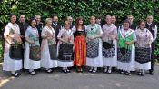 Heidi Müller mitten in der Trachtengruppe der Banater Schwaben Karlsruhe