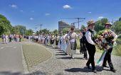 Festzug zum Auswandererdenkmal am Donauufer