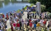 Gedenkfeier mit Kranzniederlegung am Auswandererdenkmal am Donauufer in Ulm