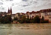 Das Basler Münster im Hintergrund ist eine der Hauptsehenswürdigkeiten und ein Wahrzeichen der Stadt