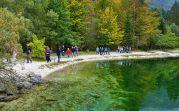 Am Tag zur freien Verfügung wanderte eine Gruppe den Fluss entlang bis zum See, mit seinem klaren, türkisblauen Wasser, seinen Enten und Fischen