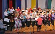 Der Chor der Banater Schwaben Karlsruhe mit den Solistinnen Melitta Giel und Irmgard Holzinger-Fröhr, am Klavier Bruno Scarambone, Dirigentin Hannelore Slavik