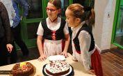 Mädels aus der Erdbeertanzgruppe vor dem Kuchenbuffet