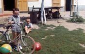 Sommer 1965, Freer Sepp mit Rad und Wilhelm Werner. Bei dem Rad handelt es sich um ein Kinderrad aus der Vorkriegszeit.