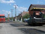 Die ca. 10-15 cm tiefen Löcher im Straßenbelag werden geflickt