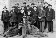Rekruten des Jahrgangs 1910 nach der Abschiedsfeier anläßlich der Musterung zum mehrjährigen Militärdinest (Foto 1930)