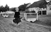 15.05.1944 Liebling: Kleines Mädchen kommt mit Geschirr