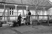22.11.1943 Parta: Deutscher Bauernhof, Familie am Brunnen