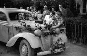 17. 05.1944 Lovrin: Schüler der Banatia Temeschburg, Mädchen schmücken unser Auto