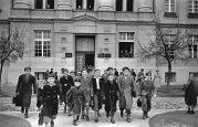 22.11.1937 Temeschburg: Deutsche Schule, Lenau-Schule, Schüler kommen aus der Schule