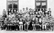 Jahrgang 1928 mit Lehrer Johann Hager im Schuljahr 1935