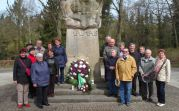 Die Reisegruppe bei der Gedenkveranstaltung auf dem Hauptfriedhof in Frankfurt (Oder)